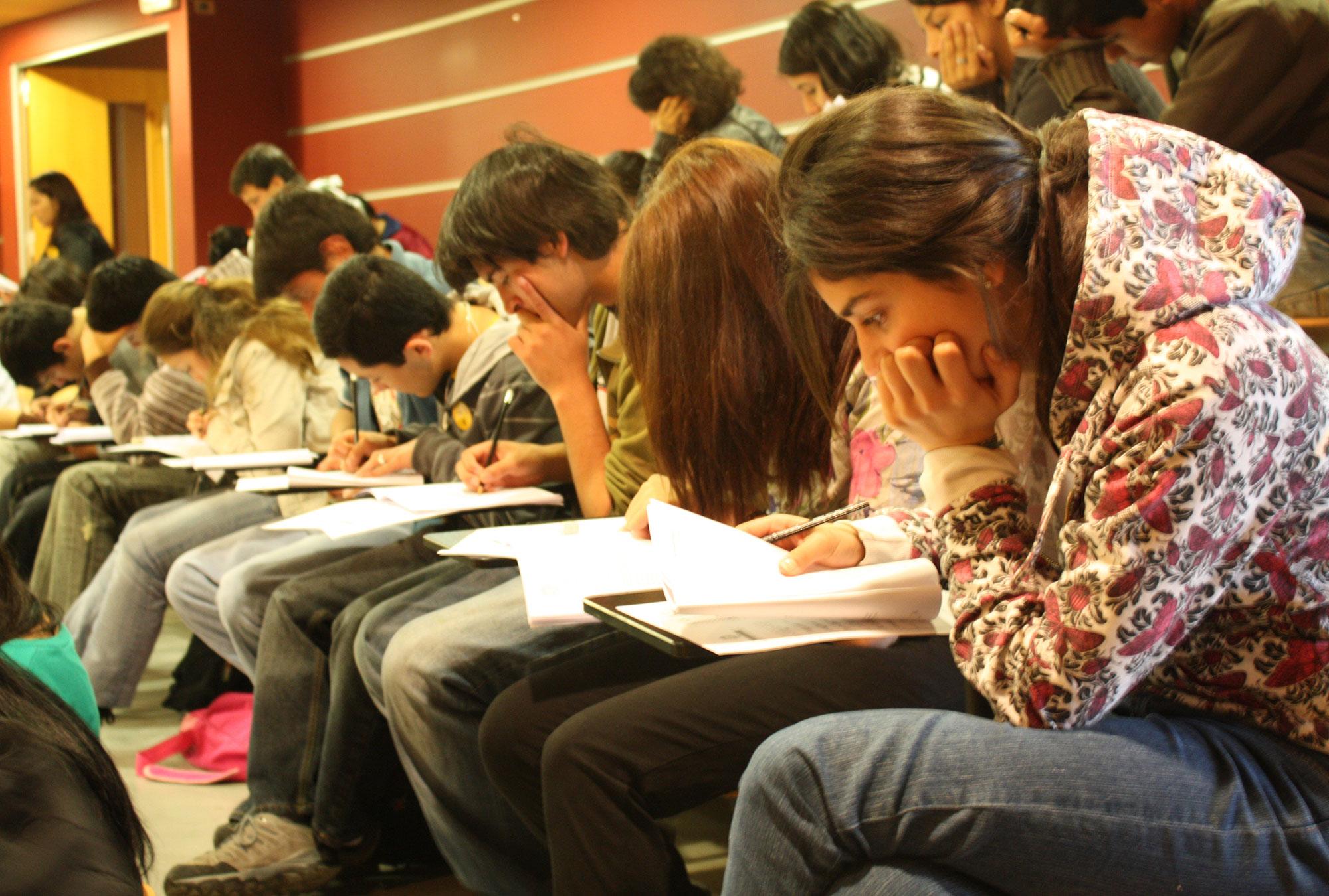 Los estudiantes toman un examen en Santiago, Chile.