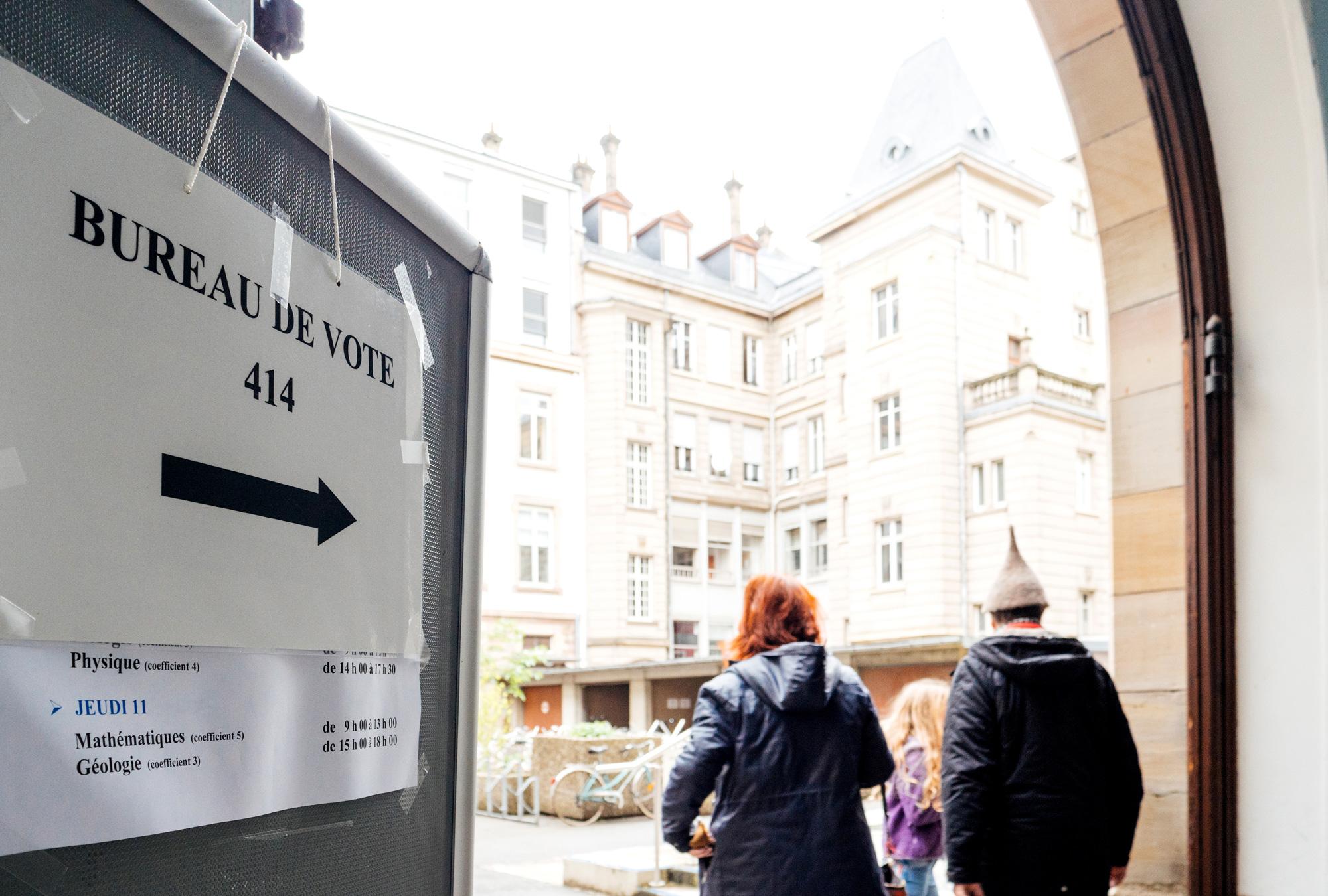Bureau de vote sign in French